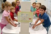 Děti ze 3. mateřské školy v Jindřichově Hradci, které navštěvují třídu Motýlek, už si ruce myjí v nových umyvadlech.