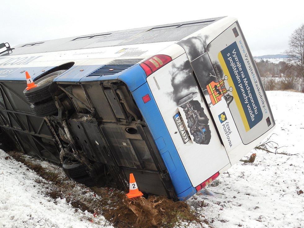 Škoda na havarovaném autobusu se vyšplhá k milionu korun.