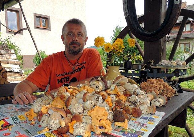 Tři stovky hříbků našel v okolí svého působiště starosta Starého Města pod Landštejnem Marián Khandl.