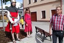 HODNOTÍCÍ KOMISI soutěže Vesnice roku v Jarošově přivítal rytíř Jaroš s chotí a starosta obce Bohumil Rod.