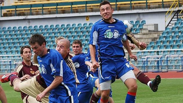 Momentka ze zápasu divize DUKLA B – TŘEBOŇ 1:1 (1:0).