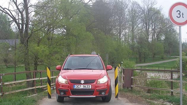 Je to s chlupem. Tak by se dala charakterizovat situace na mostě přes Nežárku v Horní Lhotě.