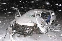 Pohled na zničené auto, ve kterém u Majdaleny po nárazu do stromu zemřel řidič.