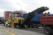 Na okružní křižovatku u Stavcentu v J. Hradci nastoupily stavební stroje.