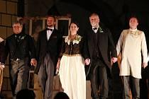 Herci divadelního souboru Jablonský se svými hosty sehráli na jindřichohradeckém zámku hru Třetí zvonění.
