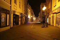 Koronavirová opatření platné od 28. října přinesla i zákaz nočního vycházení. Takhle vypadá centrum Jindřichova Hradce kolem deváté hodiny večerní.