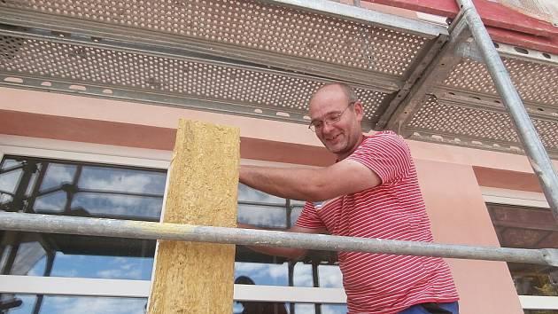 Na zateplování kardašovořečické základní školy pracuje také Ludvík Pacholík z Bednárečku..