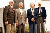 AMERIČTÍ LETCI z osádky Little Gimso II, sestřelené v bitvě nad Číměří, navštívili Jindřichohradecko  dva krát, a to v letech 1996 a 1999. Na snímku jsou při pietním aktu na hřbitově ve Strmilově.