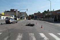 Tragická srážka osobního auta a motorky ve Strakonicích.