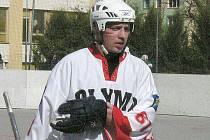 Hokejbalistům Olympu v boji o prvoligový primát vydatně pomáhá i hokejový obránce Vajgaru Martin Ištvánik.