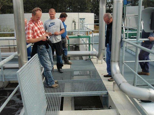 Na snímku se lidé dívají na vodu, která už teče do nové čistírny odpadních vod v Třeboni.