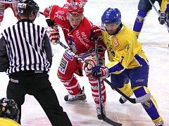 Útočník  David Kupec (vpravo) se po návratu do jindřichohradeckého klubu uvedl v premiérovém mistrovském duelu hokejové II. ligy na ledě Pelhřimova přihrávkou na úvodní gól Vajgaru.