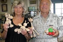 Manželé Hanzalovi pokračují v tradici výroby hraček ve Stráži nad Nežárkou.