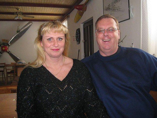 Jiří Jirmus (na snímku s manželkou Marií) provozuje na jindřichohradeckém letišti Airpenzion a leteckou školu. Do budoucna má ale další plány.