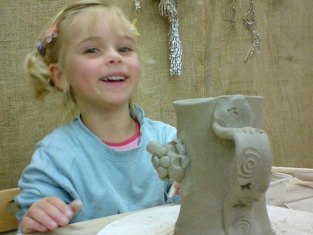 Tvoření s hlínou baví v děbolínské keramičce nejen dospělé, ale i děti.