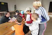 Děti na táboře navštívil i starosta Jindřichova Hradce Stanislav Mrvka. Opekl si s nimi špekáčky a zahrál prší.