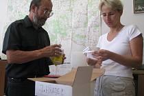 Jindřichohradečtí inspektoři pro epizootologii Václav Franta  a Andrea Nováková  kontrolují balení vakcín před jejich předáním soukromým veterinárním lékařům.