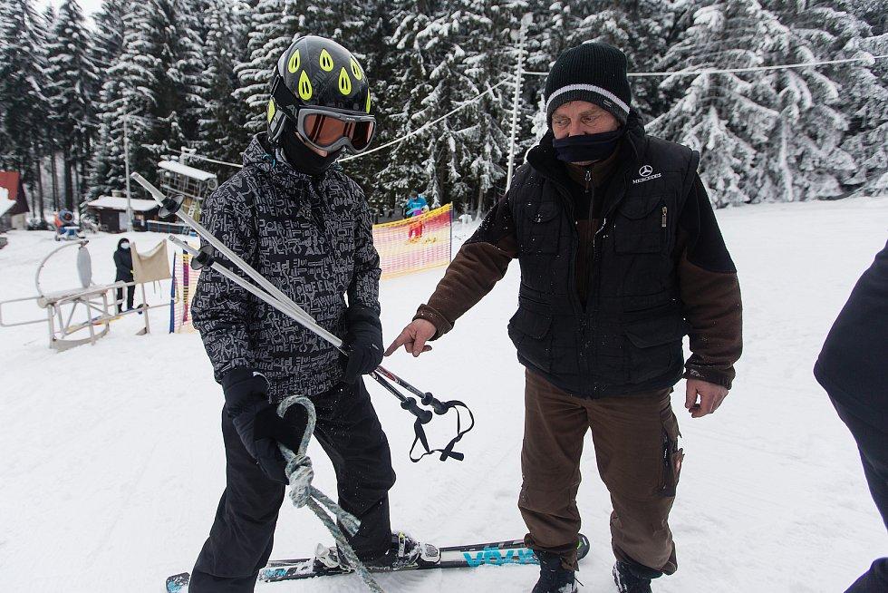 Na Čeřínku tahají lyžaře na kopec skútry nebo rolba.