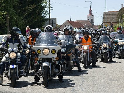 Motorkářská mše  se v neděli uskutečnila ve Strmilově. Jednalo se již o devátý ročník a bohoslužbu tradičně sloužil evangelický Farář Jaroslav F. Pechar.