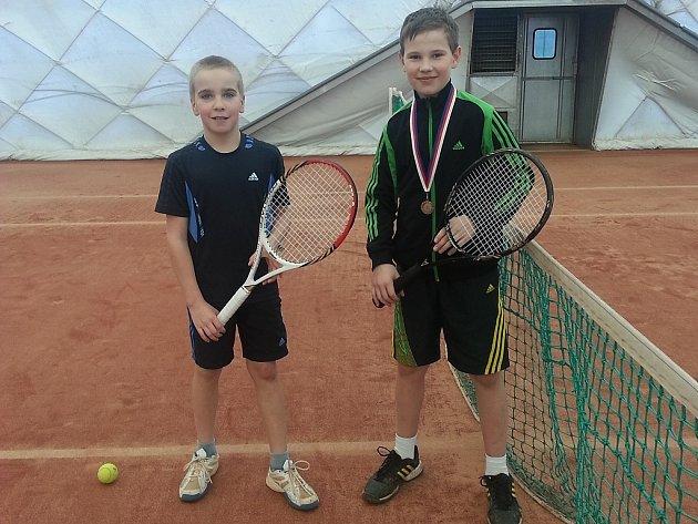 Úspěšní mladí jindřichohradečtí tenisté Vít Bartušek (vlevo) a Gustav Fiala ml.
