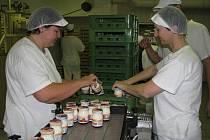 VYROBENO. Na konci výrobní linky  jindřichohradecké společnosti Agro–La ukládají ještě tekuté uzavřené a poetiketované jogurty do přepravek Iva Beranová (na snímku zleva) a Marie Rasochová.