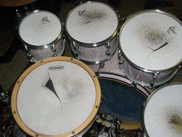 Poškozené nástroje kapely Pale Inside.