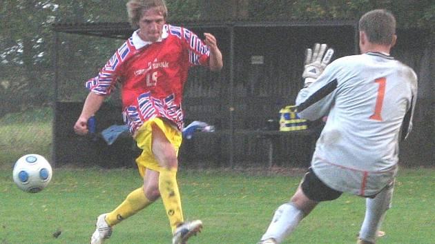 Klikov – Staré Hobzí 5:1 (2:0). Klikovský Petr Krejčí (vlevo) přišel na hřiště až po přestávce a přesto se stačil stát střelcem utkání. Na snímku překonává hostujícího gólmana Dušana Šívra.