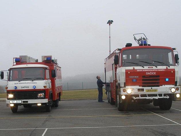 Ze života dobrovolných hasičů v Dačicích. Technika sboru. Tatra 815 s pneumatickým osvětlovacím stožárem.