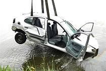PROFESIONÁLNÍ HASIČI z Hradce a  potápěčská skupina z Českých Budějovic zasahovali v neděli dopoledne v katastru obce Střížovice, kde v rybníku skončilo osobní auto.  Jednotky za pomoci autojeřábu vytáhly vozidlo z vody.