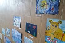 Výtvarná díla ze soutěže každoročně zdobí vnitřní prostory bazénu.