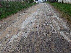 Mezi Ostojkovicemi a Třeběticemi se podařilo opravit vozovku.