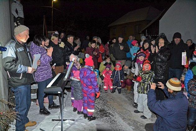 V Jilmu k rozsvícení vánočního stromu zazpívaly děti.