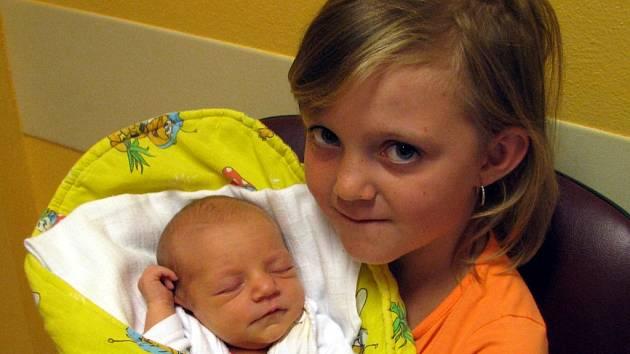 Amálie Čapková se narodila 2. srpna Kateřině a Martinovi Čapkovým z Blažejova. Vážila 2650 gramů a měřila 47 centimetrů. Na snímku se svojí sestřičkou Natálkou.