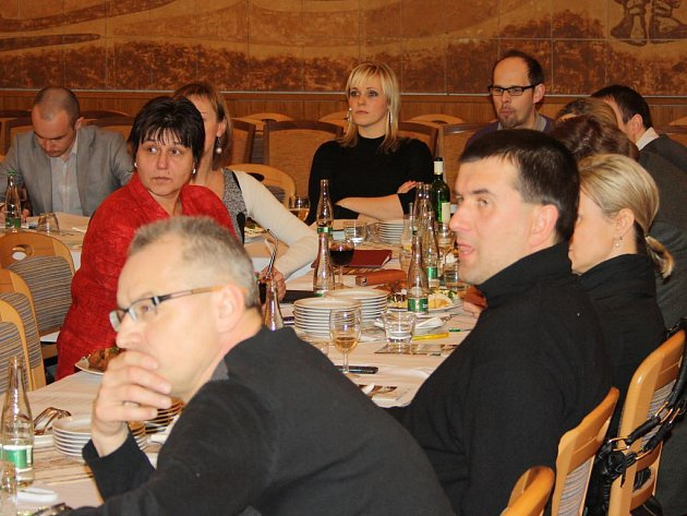 DISKUZE se v Třeboni zúčastnilo na tři desítky hostí.