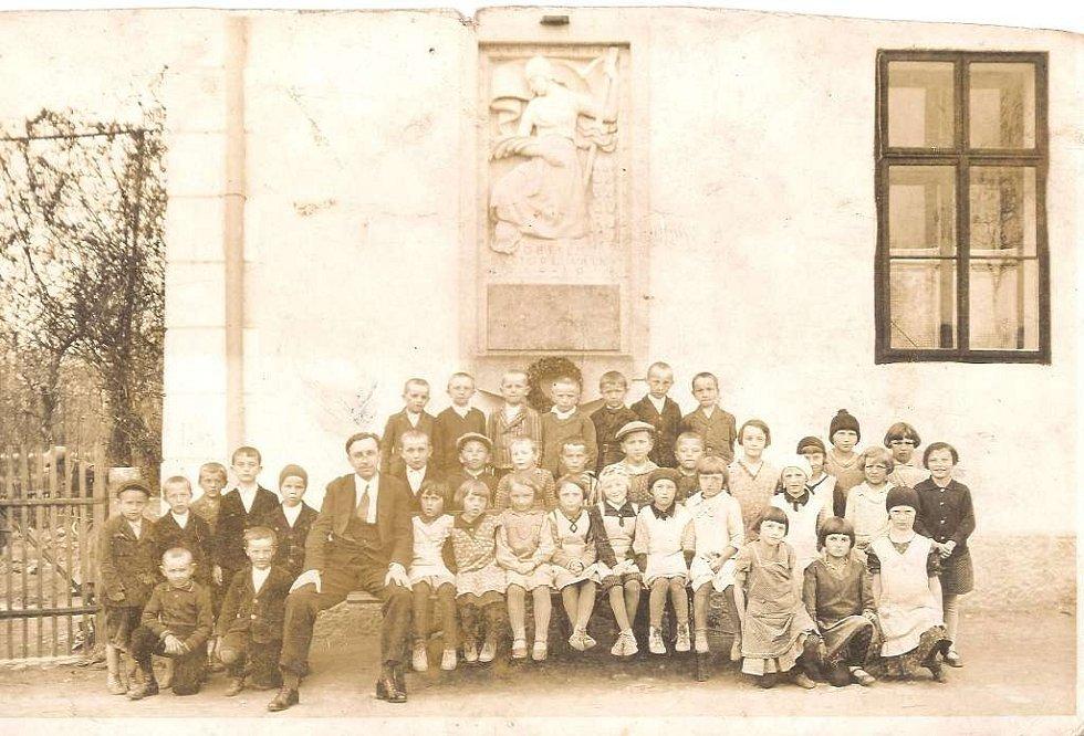 Zaniklá škola v Horní Radouni dnes slouží jako muzeum motokol. Snímek je z 30. let 20. století.