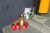 Zapálené svíčky u hradeckého bowlingového klubu připomínají víkendovou potyčku, která skončila smrtí mladého muže.