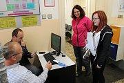 První výsledky na hradecký městský úřad přivezli ve 14:33 z Jarošova nad Nežárkou, z místní části Hostějeves.