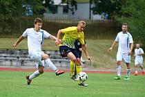 Hradečtí fotbalisté už netrpělivě vyhlížejí návrat zraněného útočníka Martina Tomana (ve žlutém).