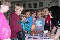 Malí školáci, včetně třídy 2. A (na snímku), prokazovali své znalosti velmi ochotně.