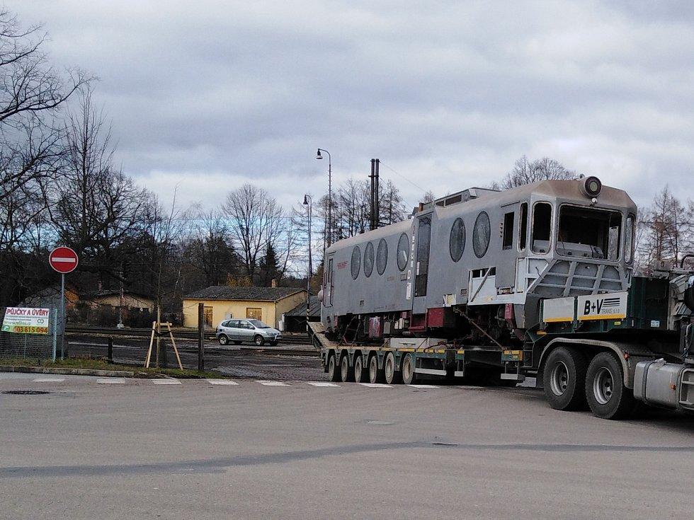 """Když se člověk v autě blíží ke kruháči v Jindřichově Hradci a před sebou uvidí """"ponorku"""". Tedy vlak Jindřichohradeckých místních drah, kterému se podle tvaru oken tak přezdívá."""