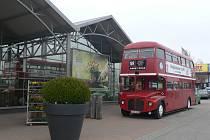U jindřichohradeckého zahradního centra si lze koupit občerstvení z autobusu, který jako by přijel z Londýna.