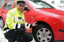 SILNIČNÍ ZÁKON od 1. dubna neukládá povinnost zimních pneumatik. Dopravní policista Karel Kotil (na snímku) ale doporučuje vzhledem k vývoji počasí zimní gumy ještě nechat.