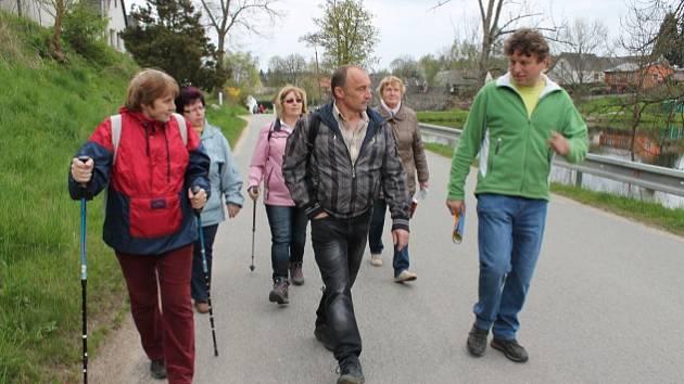 Lidé se z Lodhéřova vypravili na protestní pochod proti úložišti na Čertův kámen..