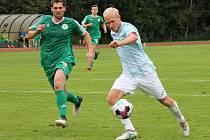 Zatímco v Jindřichově Hradci prohráli fotbalisté Sedlčan (v zeleném) nejtěsnějším rozdílem, z Přeštice se vraceli s pořádným přídělem.