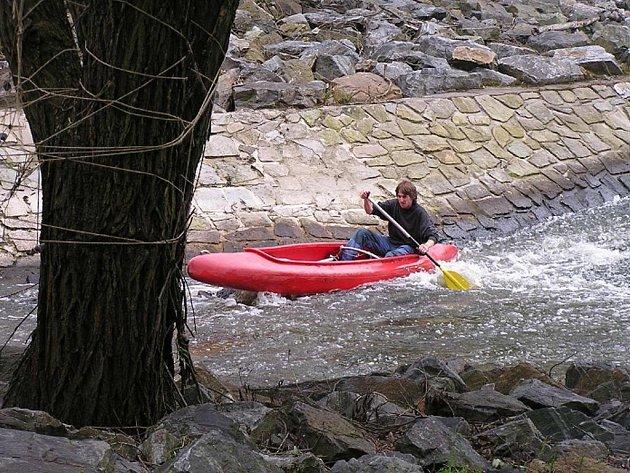 Zkušený vodák Jirka Kněžíček ze Stálkova  bojuje  s nástrahami kamenité Dyje.