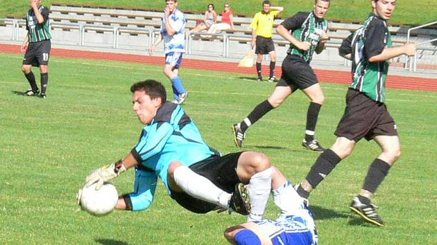 Jindřichohradecký Slovan završil sezonu v I. A třídě vítězstvím nad postupujícím Sezimovým Ústím 3:2. Na snímku z tohoto duelu právě krotí balon domácí gólman Pavel Drábik.