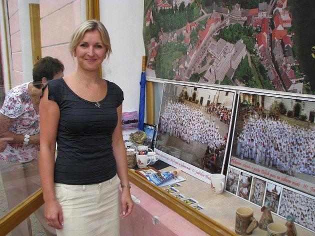 Společná fotografie Bílých paní je k vidění ve výloze hradeckého infocentra. Na snímku organizátorka Marcela Kozlová.
