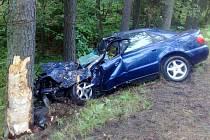 Náraz do stromu u Halámek přinesl řidiči těžké zranění.