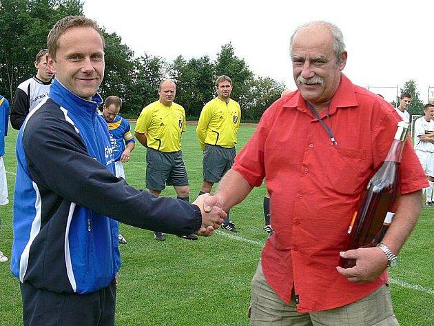 Kapitán FK J. Hradec Petr Hejl končí ve 34 letech úspěšnou kariéru. Na snímku společně s předsedou klubu Stanislavem Beranem.