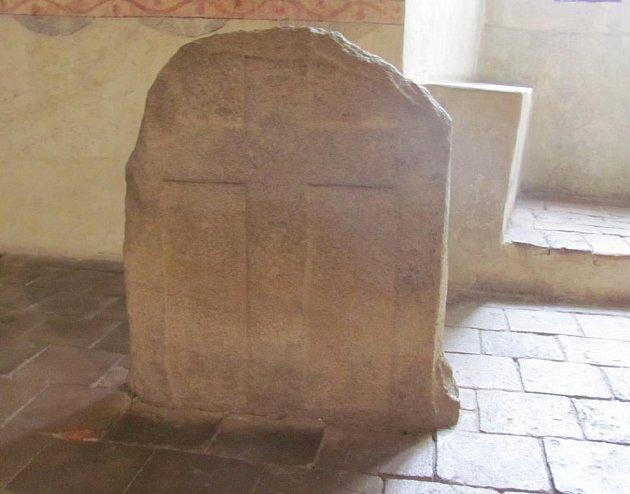 Kámen zdobený křížem a dvěma zahnutými šavlemi láká mnohé záhadology. Je snad mapou k pokladu?